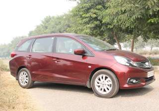 3. Honda's trusted name Mobilio and BR-V is built on the platform of Honda Brio. BR-V has good length. The car gives a feeling of Honda Jazz from inside. The 1.5 litre City sedan petrol engine will be given in this car. These 117.3 and 98.6 bhp engines give power to City. The automatic gearbox will also be provided in the CVT petrol variant. If you have ever owned Honda car then you will be definitely convinced with its naturally smooth and comfortable driving. While taking turn slightly at faster pace then you will realize the length of the BR-V.