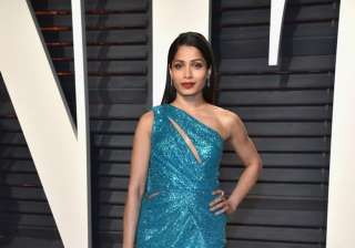 Indian origin Hollywood actress Freida Pinto also gave tough competition to both the Bollywood beauties. The lady wore a glittering blue gown and assembled it well with beautiful accessories.