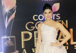 Actress Jacqueline Fernandez donned a white asymmetrical gown. She was looking amazing as she posed for shutterbugs. The actress will next be seen in Sidharth Malhotra starrer Reload.