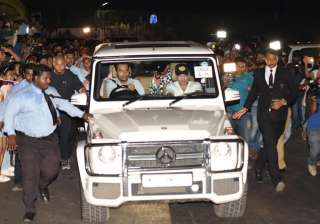Several hundreds of mediapersons and fans had parked themselves at various points outside the Mumbai Airport for a glimpse of Bieber, but were largely disappointed.