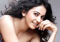 yaariyan actress detained at delhi airport