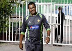 coach younis warns players to show right attitude