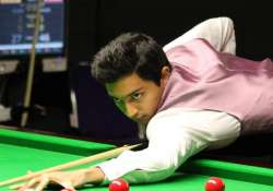 aditya mehta upsets mark king to keep indian hopes alive