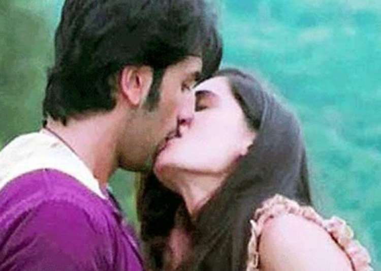 ranbir s steamy kiss with nargis goes viral on the net- India Tv